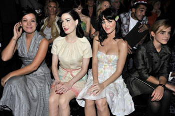 «Плохие девчонки» (слева направо): Лили Аллен, Дита Фон Тиз и Кэти Перри; поодаль от них сидит Эмма Уотсон