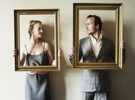 Мужчина и женщина в картинных рамах