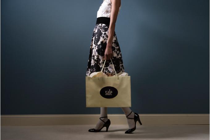 Девушка с распродажной сумкой