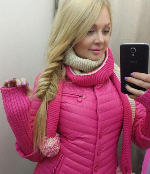 Дарья Пынзарь в розовом пуховике