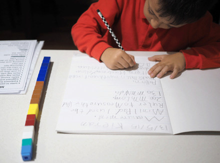 Ребенок делает домашнее задание