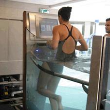 Для удобства тренирующегося — поручни под водой