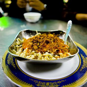 Египетское блюдо под названием кошари - смесь из различных сортов лапши, риса и нута, посыпанная луком.