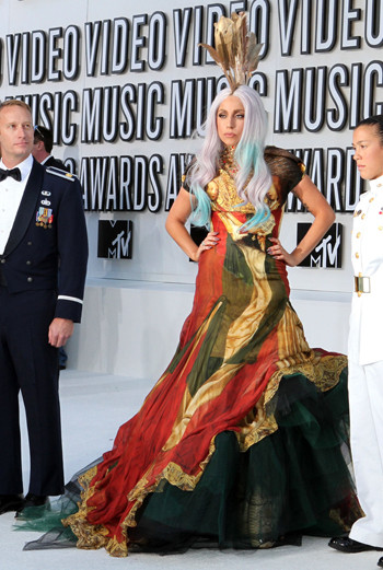 По совместительству: Леди ГаГа (Lady GaGa) не только певица, но и фэшн-икона. Для церемонии MTV она сменила откровенные наряды на кутюрное платье в пол. Платиново-белые волосы с вкраплением бирюзовых прядей и перья дополнили образ Леди ГаГа.