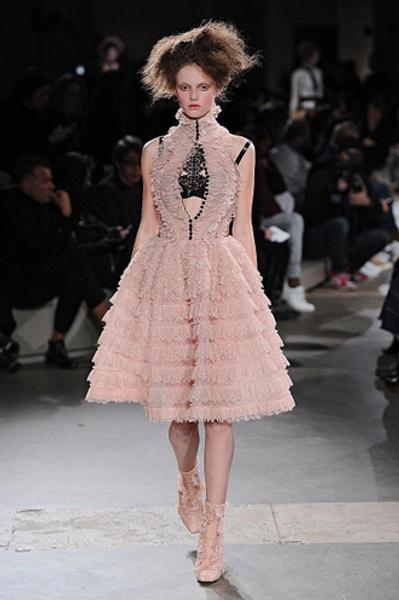 Неделя моды в Париже: показы Alexander McQueen и Paul & Joe ready-to-wear осень — зима 2015-2016   галерея [1] фото [18]