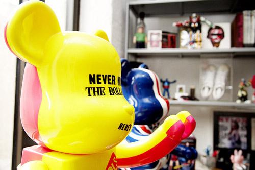 По всему офису расставлены яркие пластмассовые игрушки, размером с человеческий рост.