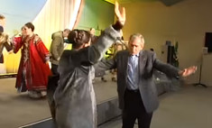 кремль показал путин буш-младший танцуют русскую народную песню