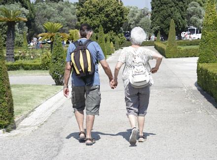 Двое держатся за руки