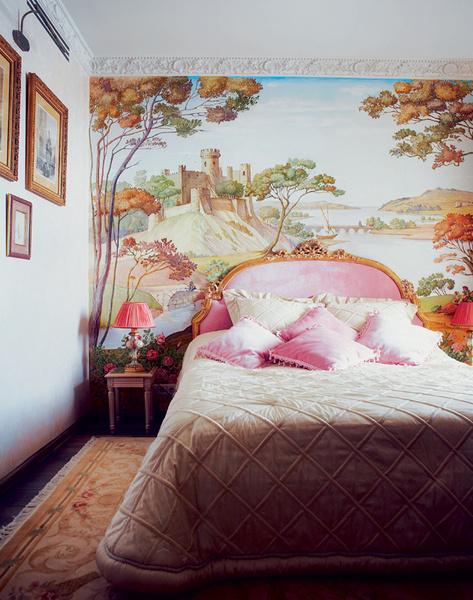 В оформлении спальни Жанна принимала самое деятельное участие. Лично выбирала бархат для изголовья кровати.