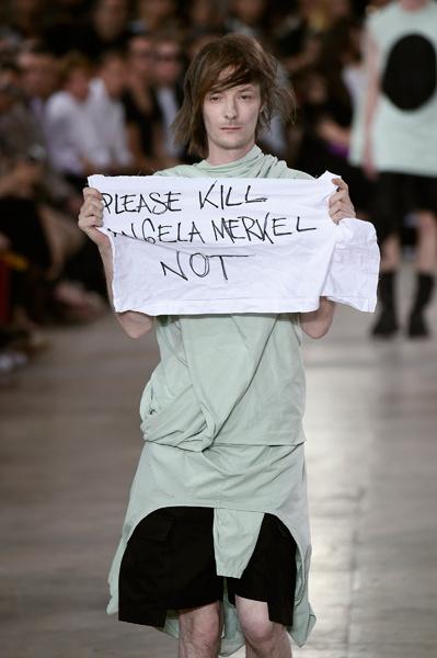 Модель на показе Rick Owens на Неделе моды в Париже