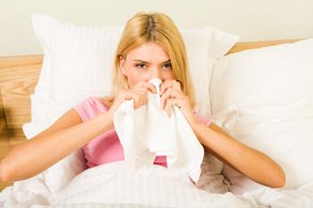 При простуде и особенно начальной стадии гриппа лучше сразу перейти на постельный режим.