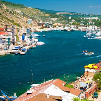 Балаклава очень популярна среди туристов, которых привлекают памятники истории и хорошие пляжи.