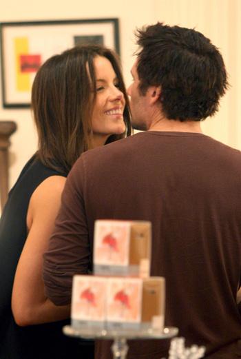 Актриса во время шопинга в Брентвуде вместе с мужем Леном Уайзменом