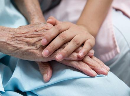 Вопрос эксперту: «Как сказать дочери о смерти бабушки?»