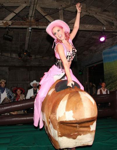 Кэти Перри оседлала быка