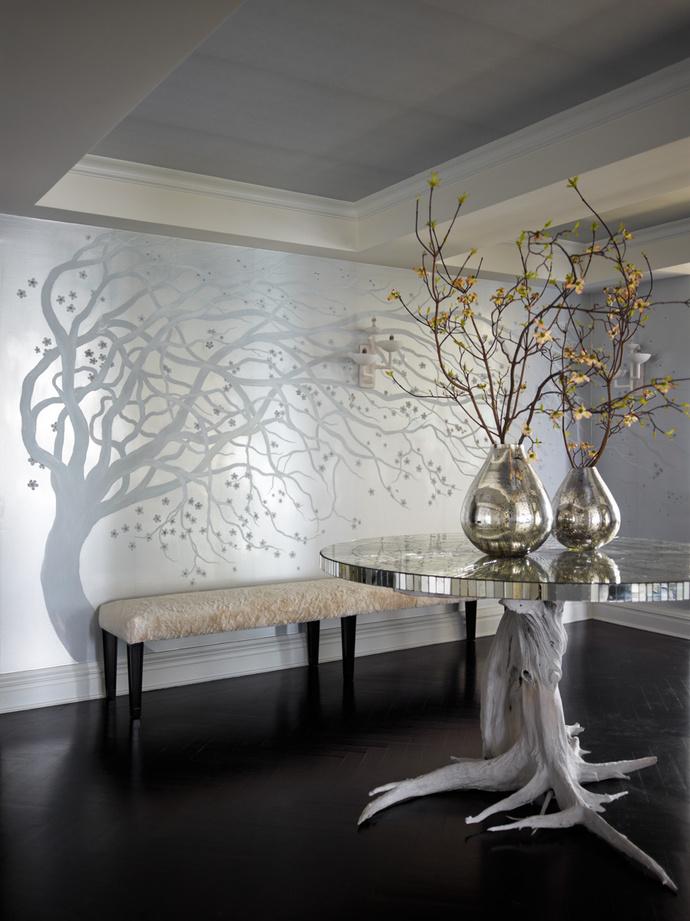 Холл. Роспись на стене выполнена мастерами Bob George Studio, стол с ножкой из плавника изготовлен по эскизу дизайнера Келли Бихан.