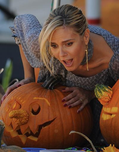 Хайди Клум (Heidi Klum) с пристрастием выбирала праздничную тыкву.