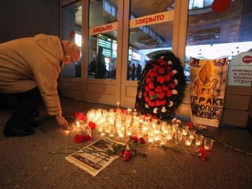 Люди принесли цветы и свечи в международный терминал, где случился теракт
