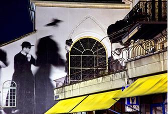 Веве (Швейцария), 2010 год. В инсталляции использована работа Марио Джакомелли из фотосерии 1960-х годов «У меня нет рук, что ласкали бы мое лицо», герои которой – итальянские семинаристы и монахи.