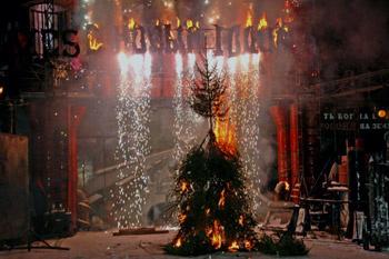 «Елочка, зажгись!», – кричали гости по просьбе ведущего вечера. Тогда дерево по-настоящему вспыхнуло огнем и полыхало в течение нескольких минут, пока не прогорело до углей.