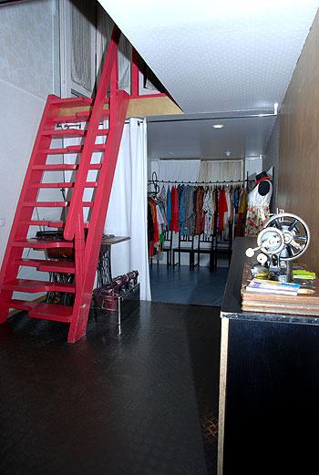 Яркая лестница на второй этаж, пробраться на который нам, к сожалению, не разрешили. Пусть это для всех нас останется маленькой тайной!