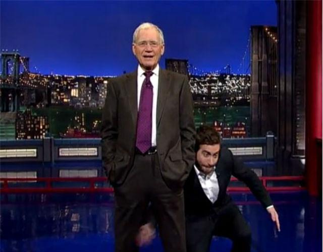 """Джейк Джилленхол показывает Дэвиду Леттерману """"лосося"""""""