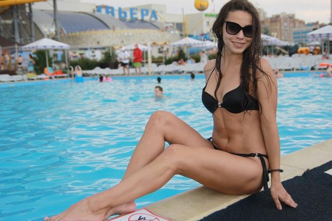 Красивые девушки в бикини на пляже, фото