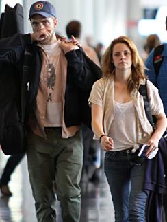 В жизни Роберт Паттинсон (Robert Pattinson) и Кристен Стюарт (Kristen Stewart) одеваются очень скромно