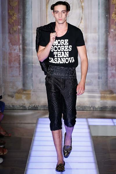 Во Флоренции прошел показ мужской коллекции Moschino | галерея [2] фото [19]