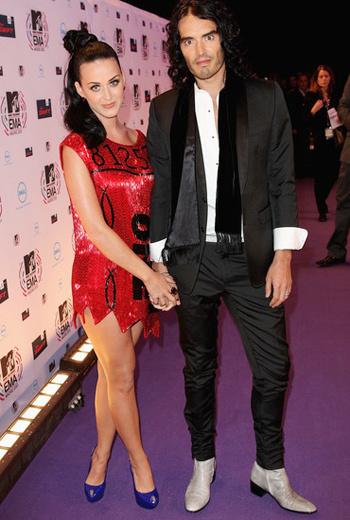 На красную дорожку Кэти вышла в светящимся платье Jeremy Scott в компании своего супруга Рассела Бренда.
