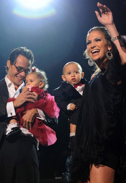Марк, Дженнифер и их дети на сцене