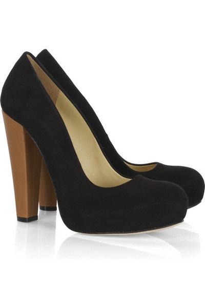 Закрытые туфли на устойчивом каблуке.