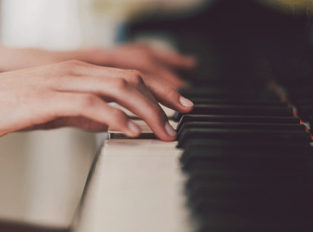 Красивые руки и пианино