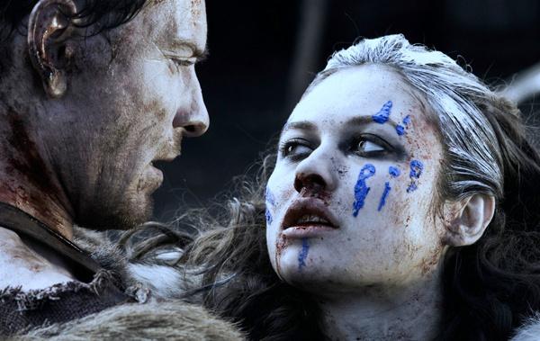 По сценарию, в детстве римляне вырезали язык героине Куриленко, и теперь она встала на тропу мести, такой же жестокой и кровожадной.