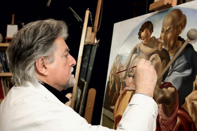 Мауро Сарти, преподаватель Боттеги Арчимбольдо, работает над копией картины Микеланджело «Святое семейство».