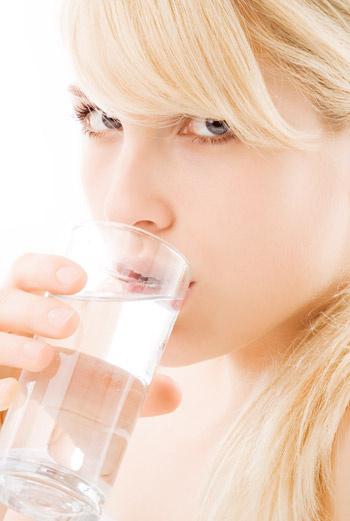 Только чистая питьевая вода способствует очищению организма.
