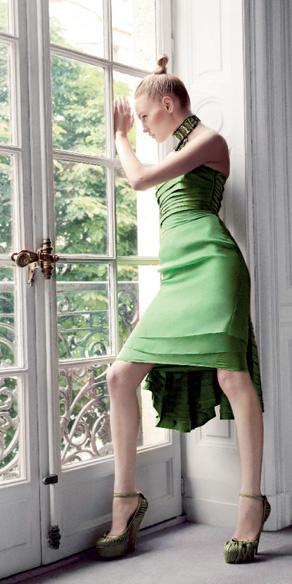 Платье из шелка, колье из цветных камней, кожаные туфли, все — Dior by John Galliano.