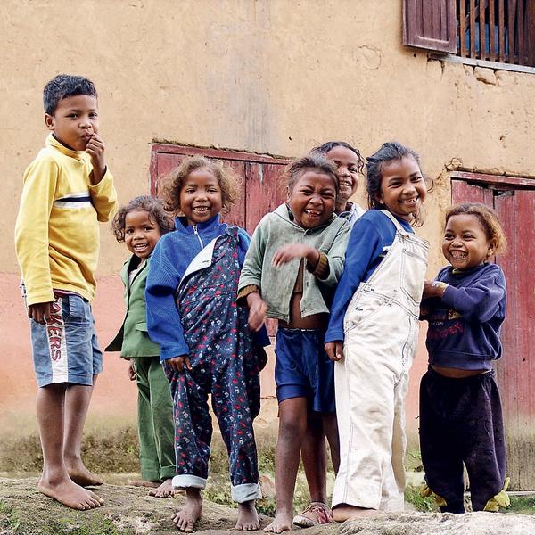 На Мадагаскаре не только удивительные животные, но и удивительно веселые дети унаюсь ранним утром, перед тем как выбежать на занятия танцами. Пробуждает мгновенно.