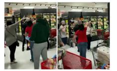 нью-йорке разъяренные покупатели выгнали магазина женщину маски видео
