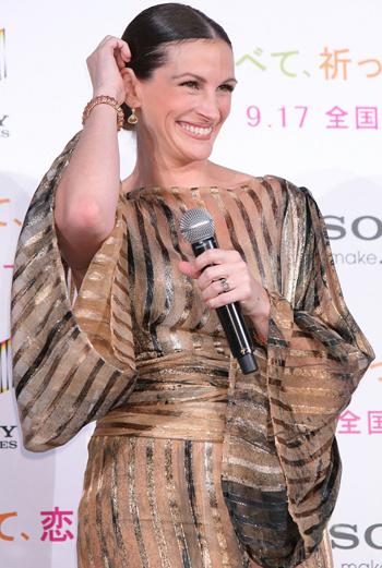 На премьере в Токио Джулия выглядела ослепительно в золотистом струящемся платье, силуэтом напоминающем японское кимоно.