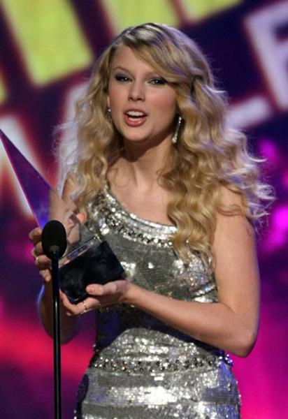 Тейлор Свифт стала лучшей кантри-исполнительницей