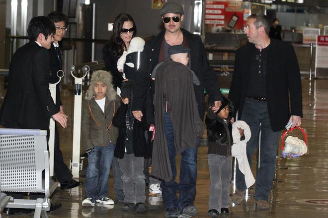 Анджелина Джоли, Бред Питт и их шестеро детей в аэропорту «Narita», Япония, 27 января 2009 года