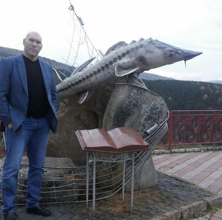 Николай Валуев около памятника «Царь-рыба»