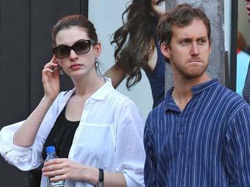 Энн Хэтуэй (Anne Hathaway) и Адам Шулман (Adam Shulman)