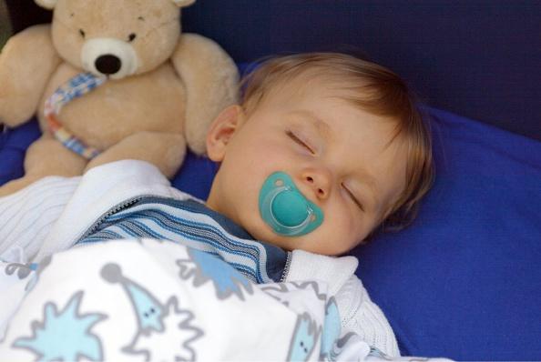 Спокойный сон: как отучить от ночного кормления после года?
