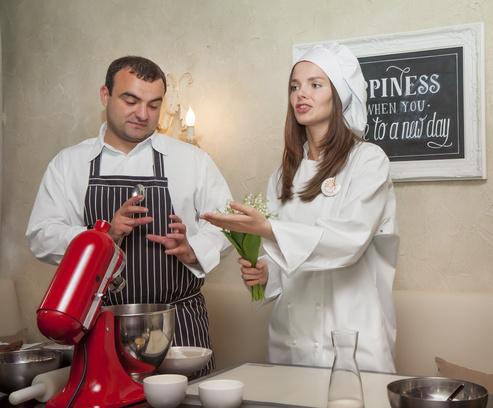 Готовить пирожные Лизе помог шеф-повар Дмитрий Решетников