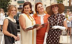 Воронежские девушки ходят в ретро-платьях
