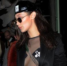Белла Хадид ходит по Лондону с голой грудью