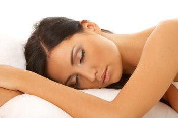 Сон – лучшее лекарство. В результате недосыпания ухудшается микроциркуляция питательных веществ, кожа становится бледной, отечной, появляются темные круги под глазами.
