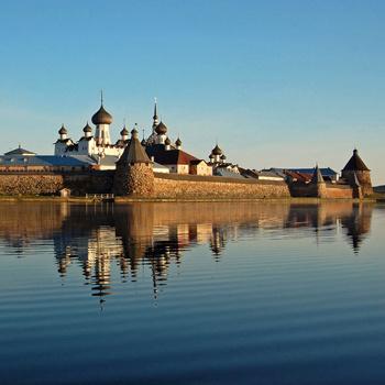 По берегам Онеги раскиданы памятники деревянного зодчества XVII века и старинные деревеньки.